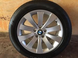 BMW 5GT-730 F01 gyári Styling 250 8•18-as 5•120-as ET30-as könnyüfém felni garnitura eladó Pirelli P Zero 245/50 R18 RSC (defekttűrő) 7mm-es nyárigumival. A garnitura gyári szerelésű, újszerű állapotban van.