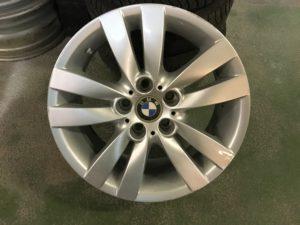 BMW E90 E90 Styling 161 gyári 17-es könnyüfém felni garnitura eladó. Első tengelyen: 8X17-es 5X120-as ET34-es. Hátsó tengelyen: 8,5X17-es 5X120-as ET37-es. Használt, de jó állapotban.